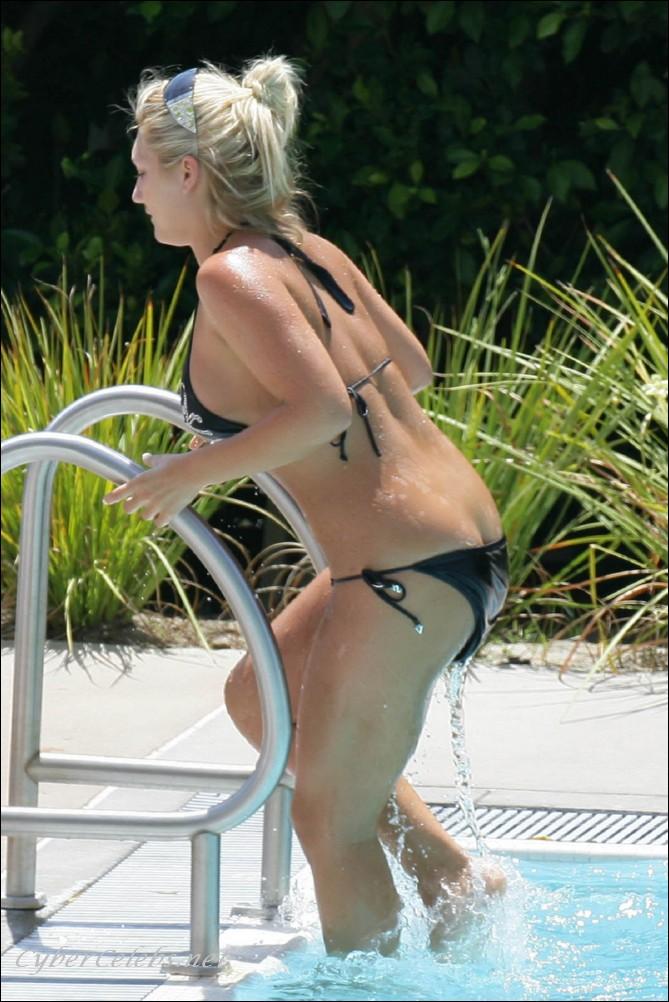 Brooke Hogan Flashing Ass on the Beach -